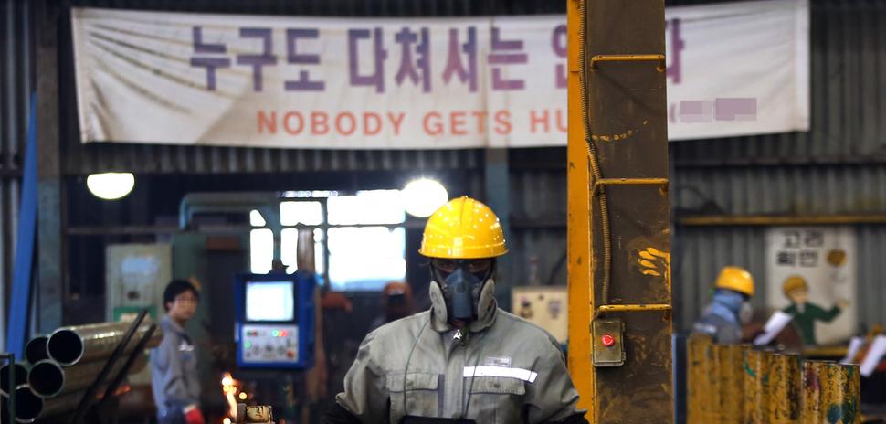 지난 5월 경남 거제의 한 조선소 작업장에 걸린 펼침막에 '누구도 다쳐서는 안 된다'고 적혀 있다. 거제/정용일 <한겨레21> 기자 yongil@hani.co.kr