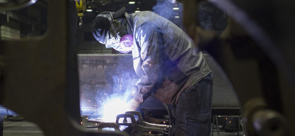 2014년 11월 경기도 화성시 한 자동차 공장에서 용접작업을 하고 있는 노동자의 모습.  화성/김성광 기자 flysg2@hani.co.kr