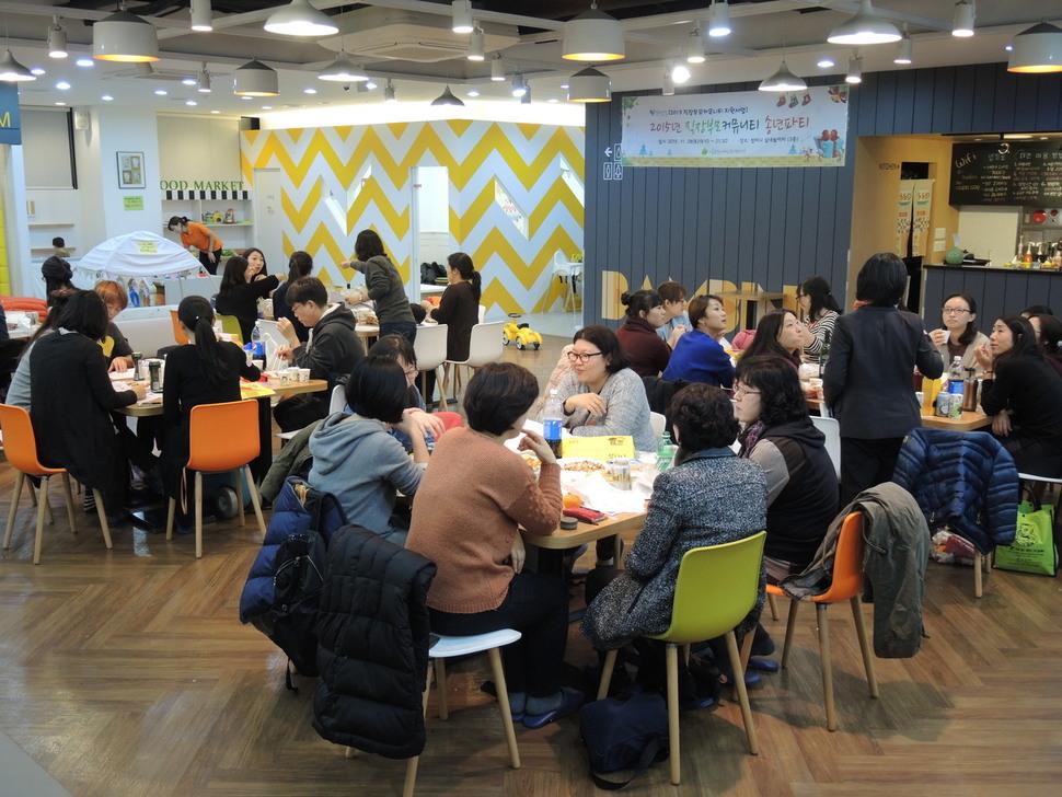 지난해 11월28일 서울시직장맘지원센터가 연 '직장부모커뮤니티 송년파티'에 참여한 부모들의 모습. 직장맘의 많은 참여를 위해 행사를 진행하는 동안 아이돌보미가 직장맘의 아이들을 돌봐줬다. 서울특별시직장맘지원센터 제공