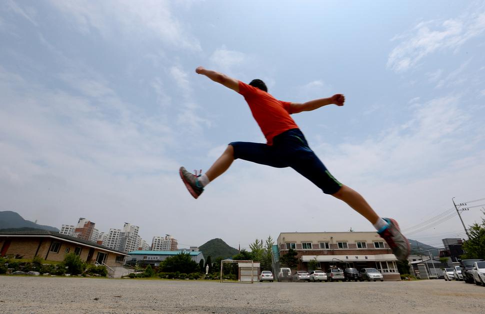 ㄱ군이 22일 오후 대전 낭월동 효광원에서 멀리뛰기를 하고 있다. 대전/김정효 기자 hyopd@hani.co.kr