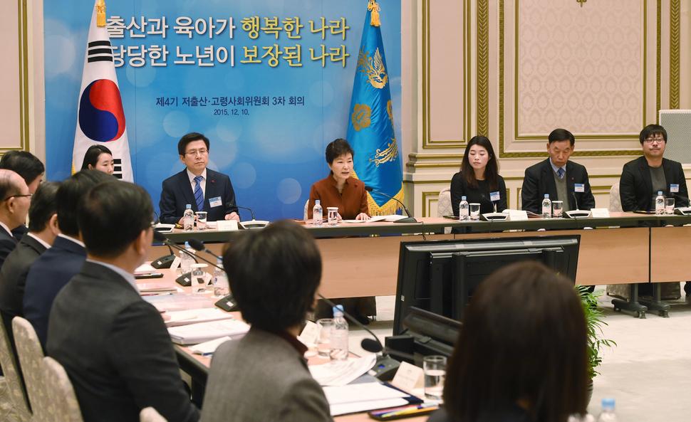 박근혜 대통령이 지난해 12월10일 청와대에서 '제4기 저출산 고령사회위원회 3차 회의'를 주재하고 있다. 청와대사진기자단