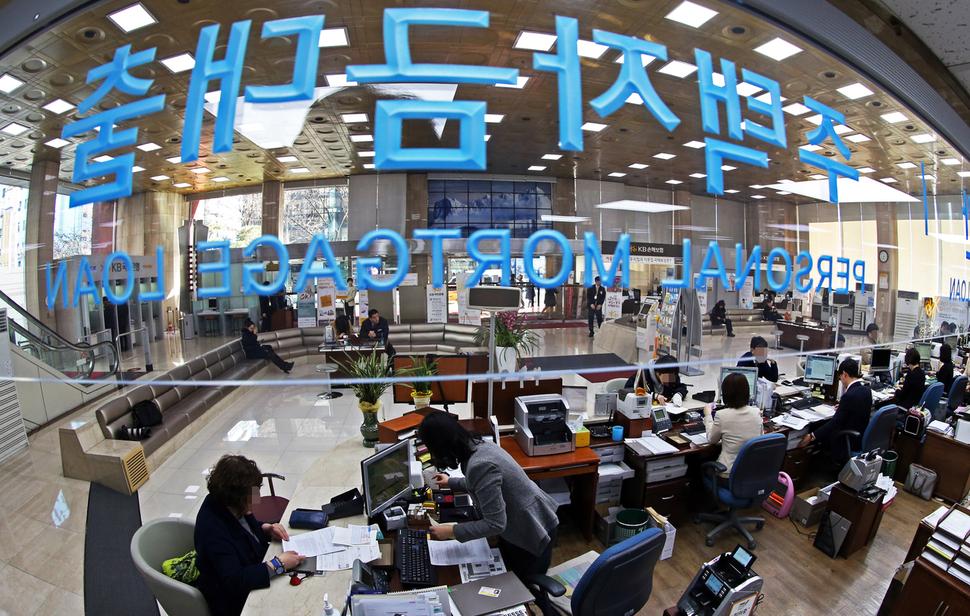 한겨레 자료사진. 한 시민이 은행에서 대출 상담을 받고 있는 모습. 이정용 선임기자 lee312@hani.co.kr