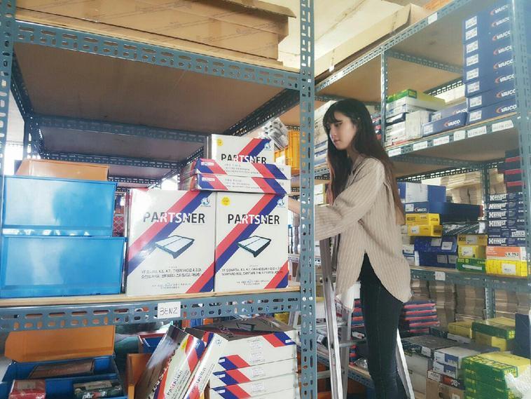 자동차부품 제조·유통회사 파츠너를 지난해 7월 창업한 김보민(22) 대표가 7일 회사 창고에서 자동차 에어필터 제품을 살펴보고 있다. 파츠너 제공
