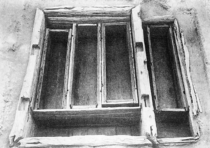 석암리 고분에서 확인된 중국계 귀틀무덤(목곽묘)의 내부 모습. 땅을 깊이 파고 목곽을 먼저 놓은 뒤 그 안에 주검이 들어가는 관과 부장품을 넣는 소곽을 짜넣은 얼개다.