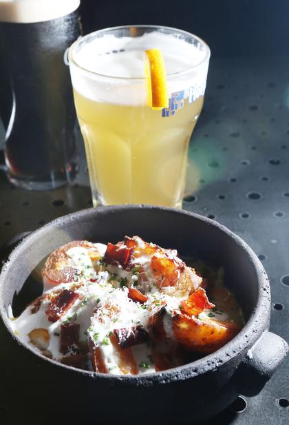 사워크림과 베이컨 칩을 곁들인 감자튀김. 박미향 기자