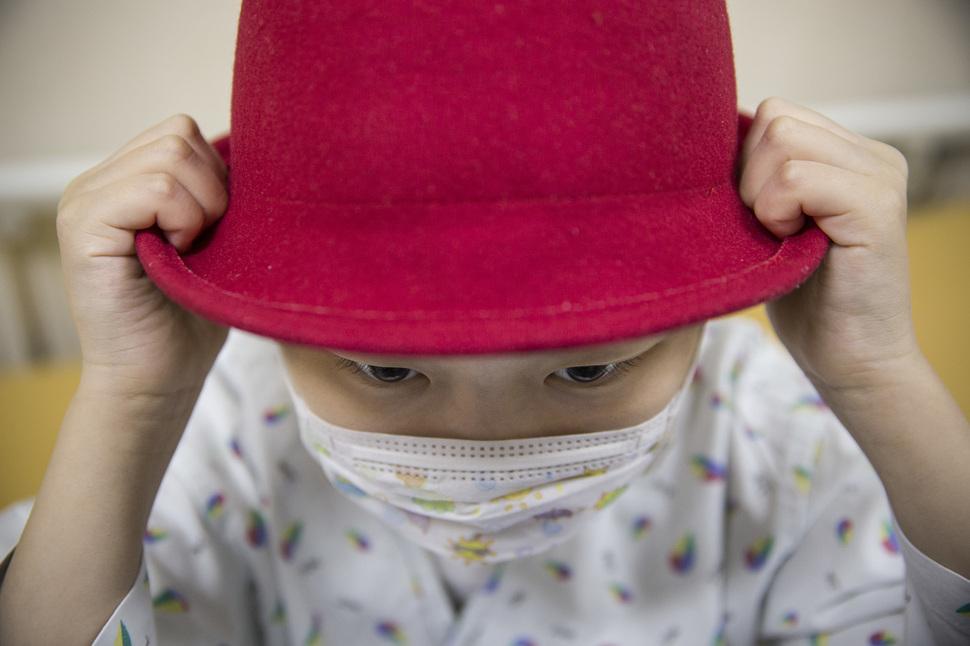 급성 림프모구성 백혈병을 앓고 있는 예은이가 지난 27일 오후 경기 고양 국립암센터에서 짧은 머리카락을 가리기 위해 쓴 빨간색 모자를 두 손으로 잡고 있다. 고양/김성광 기자 flysg2@hani.co.kr