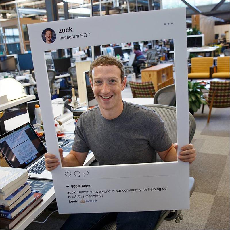 페이스북 최고경영자 마크 저커버그가 지난 6월 인스타그램의 페이스북 이용자 월 5억명 돌파를 기념해 올린 포스팅. 이 페이스북 사진에서 저커버그는 그의 맥북 노트북(왼쪽 아래)의 카메라와 마이크 잭을 테이프로 봉인해놓고 사용한다는 사실이 알려졌다. 출처: 저커버그 페이스북