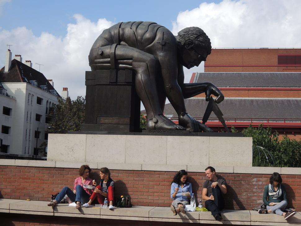 영국 런던의 영국도서관 뜰에는 아이작 뉴턴의 동상이 있다. 아이작 뉴턴은 사과처럼 무게를 가진 물체는 떨어지는데 왜 하늘의 별과 달은 아래로 떨어지지 않는지를 궁금하게 여겨 그 호기심을 만유인력의 발견으로 연결시켰다는 평가를 받는다.  사진 플리커