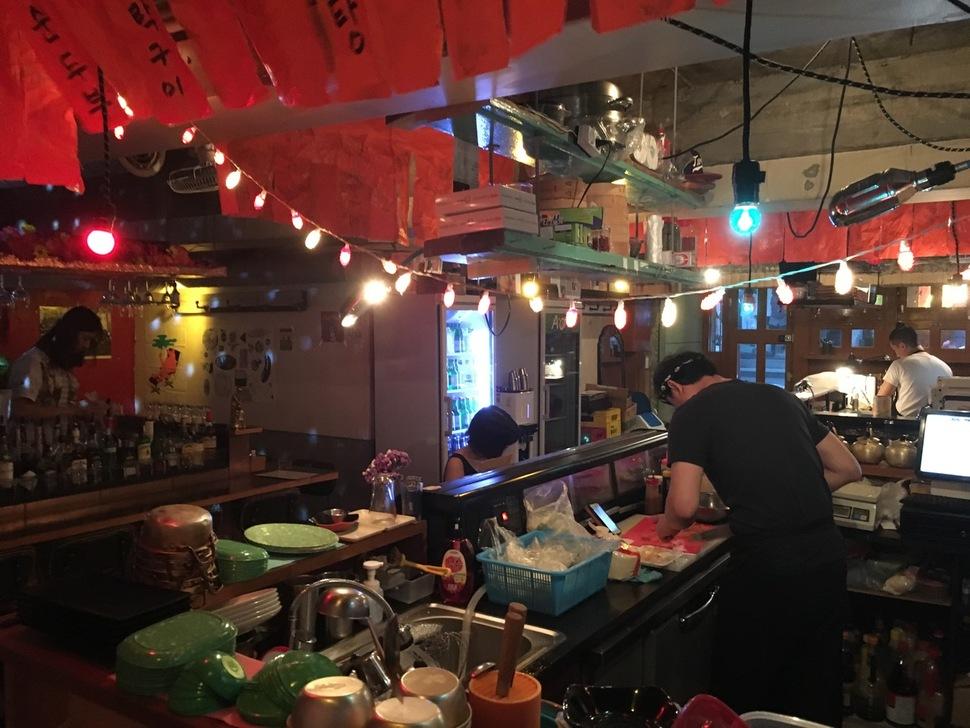 거북이조합은 세 가게가 한데 모여 있다. 맨 왼쪽부터 술 파는 '민들레', 이자카야 포장마차 '유덕화', 초밥과 숙성회 전문 '아가미'.