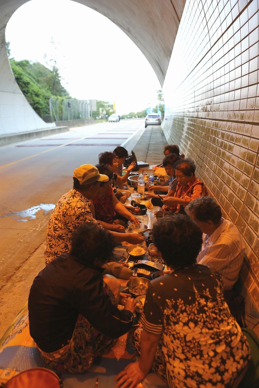 삼도봉터널 안에서 저녁식사까지 해결하고 돌아가는 어르신들도 있다.