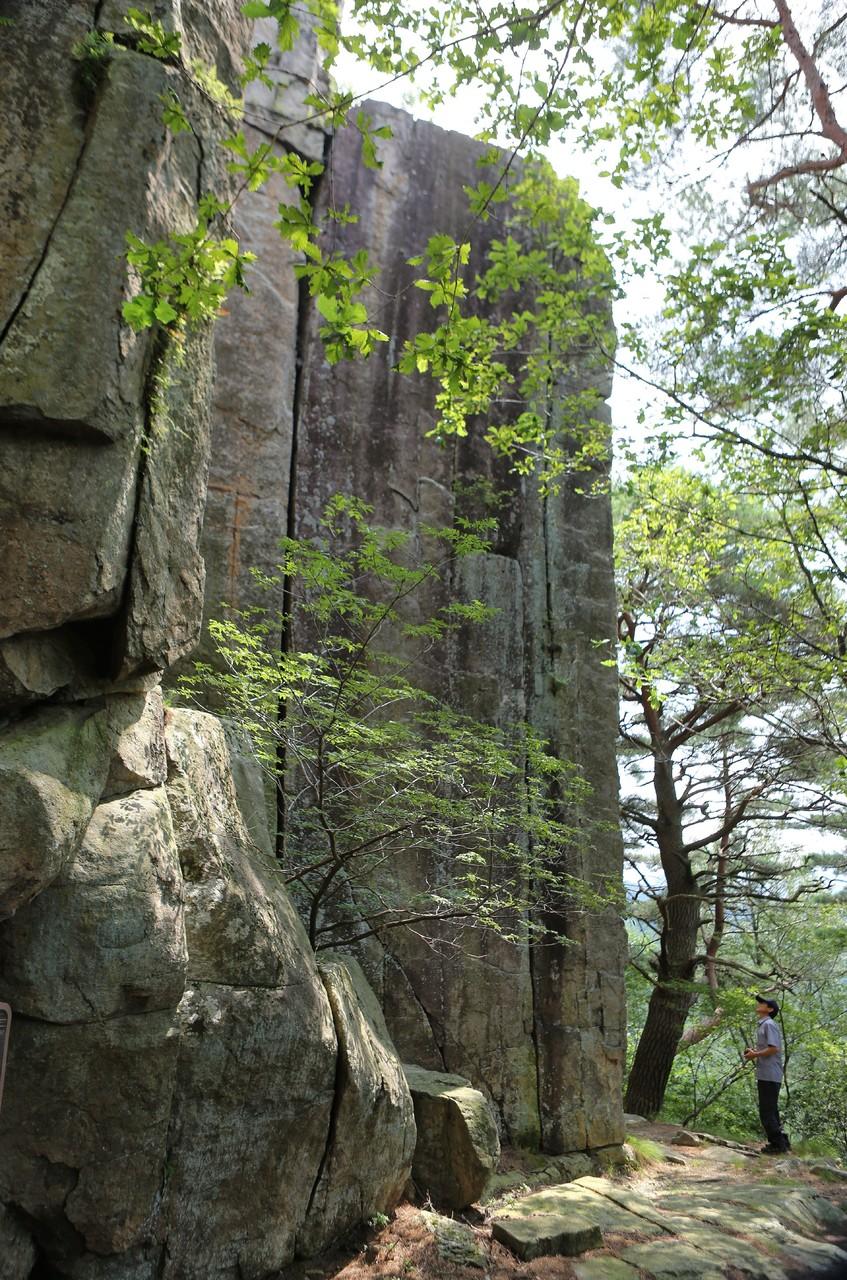 무풍면 철목리 뒷산 사선암의 일부. 철목리에서 사선암까지 탐방로(신선길)가 조성돼 있다.