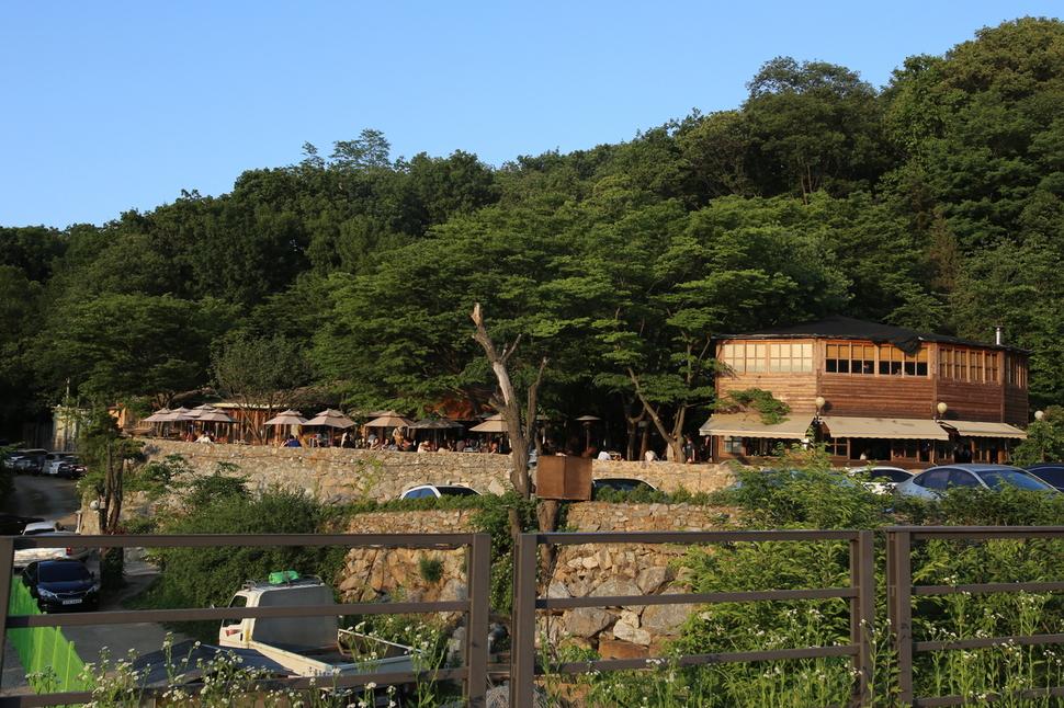 경기도 남양주시가 강제 폐쇄하기 이전인 지난해 6월 불법 확장된 봉주르 카페 모습.