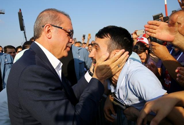 7일 터키 이스탄불에서 열린 '민주주의와 순교자들의 행진' 집회에 레제프 타이이프 에르도안 대통령이 참석해 지지자들과 인사를 나누고 있다. 이스탄불/AP 연합뉴스