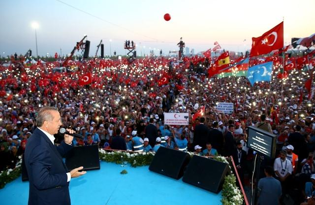 7일 터키 이스탄불에서 열린 '민주주의와 순교자들의 행진' 집회에 레제프 타이이프 에르도안 대통령이 참석해 지지자들 앞에서 연설하고 있다. 이스탄불/AP 연합뉴스