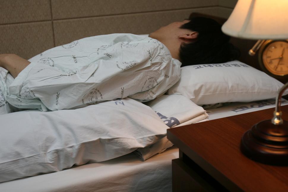 코골이를 줄이려면 옆으로 또는 등 쪽에 베개를 대어 비스듬히 자는 것이 좋다. 고대의료원 제공