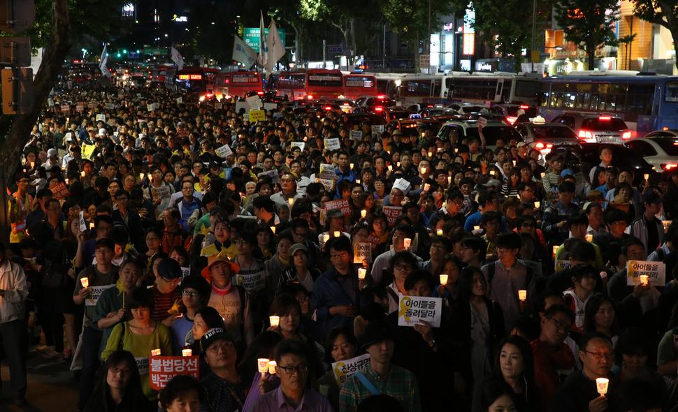 2014년 5월17일 저녁 서울 청계광장에서 열린 '세월호 참사 추모 5.17 범국민 촛불행동'에 참석한 시민들이 거리행진을 하고 있다. 강창광 기자 chang@hani.co.kr