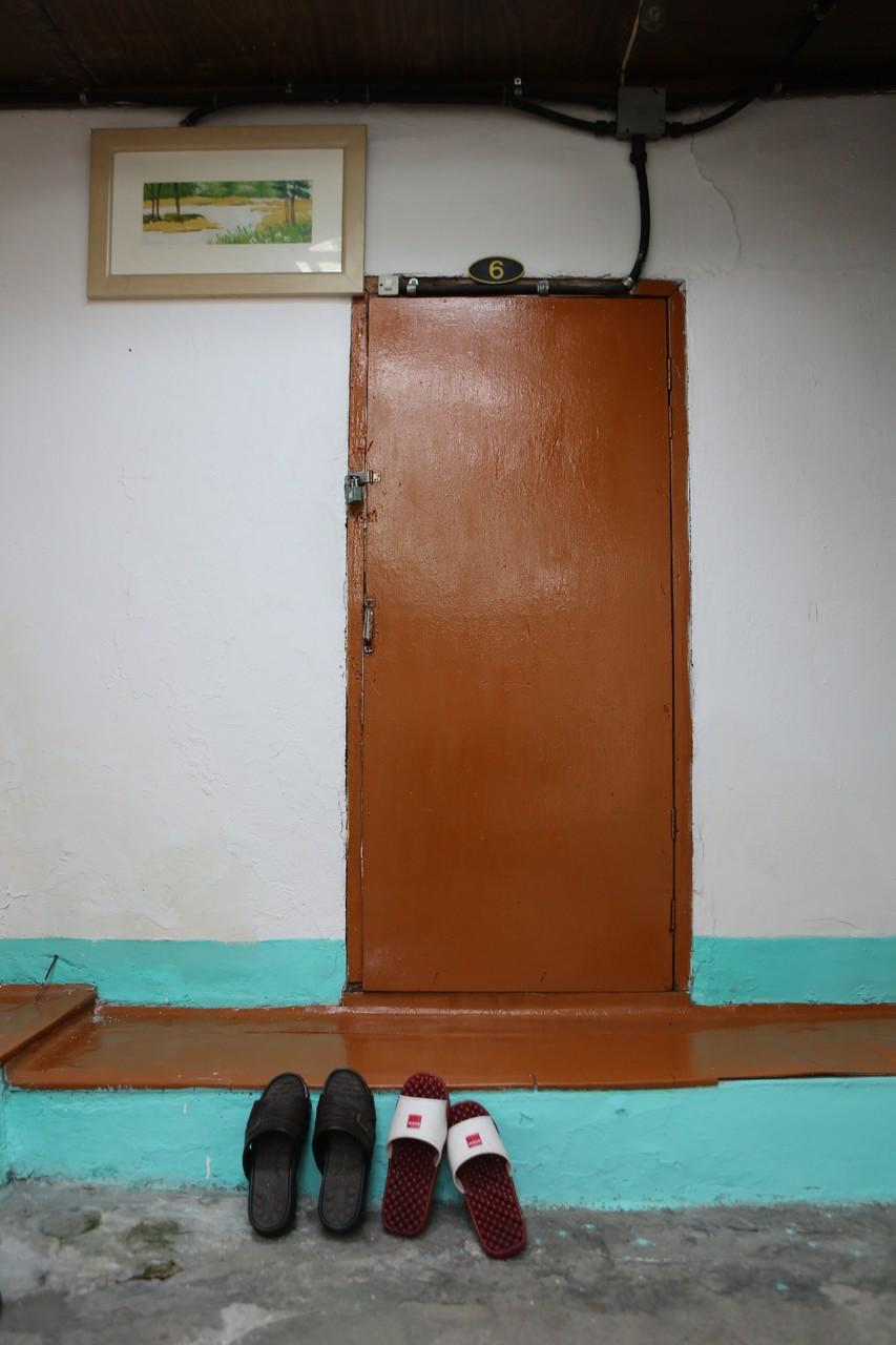 한낮에 잠겨 있는 여인숙 객실은 '달방'(월단위 장기계약)을 쓰는 장기투숙자의 방이다.