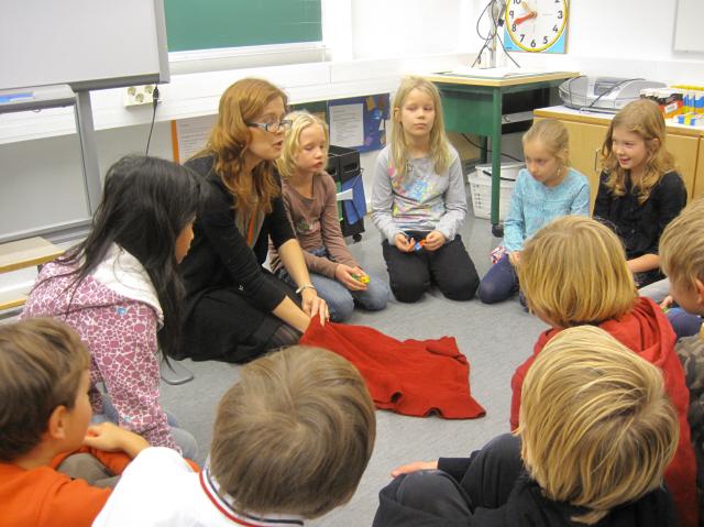 핀란드 헬싱키의 한 종합학교(한국의 초·중학교 과정)에서 교사가 학생들과 함께 교실에 앉아 수업을 진행하고 있다. 서울시교육청 제공