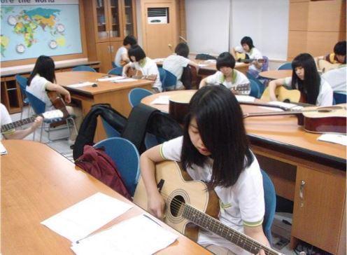 학생들이 학교 방과후학교에서 통기타를 배우는 모습. 한겨레 자료사진.