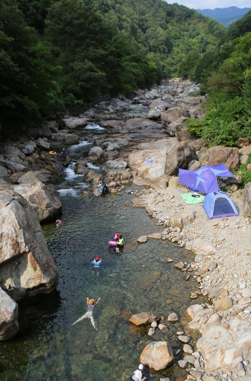 가뭄에도 깨끗한 물길을 자랑하는 의신계곡.
