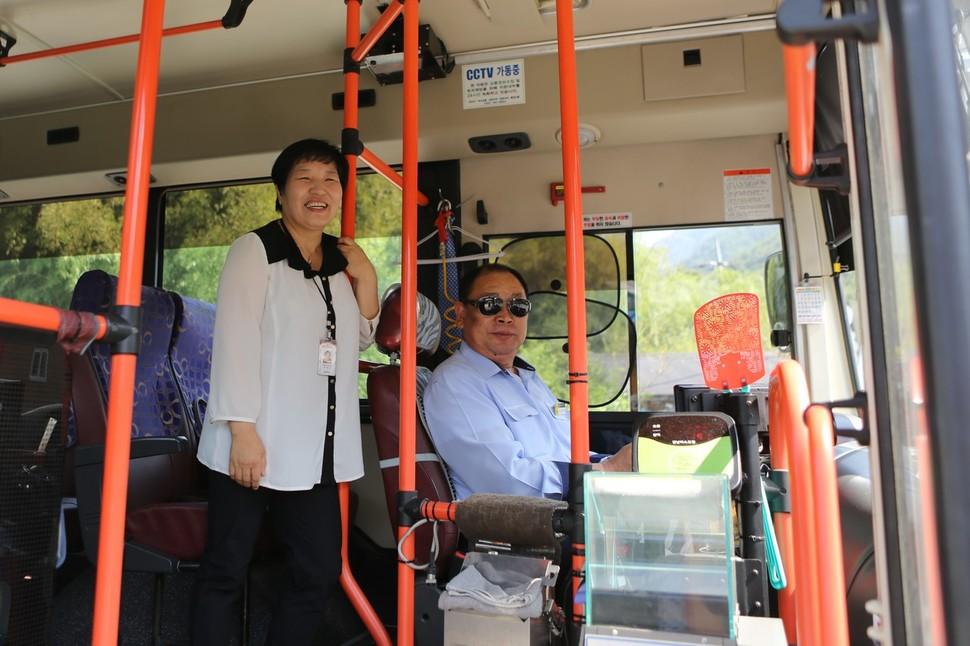 늘 밝은 표정의 버스 안내도우미 박덕미씨와 친절한 운전기사.