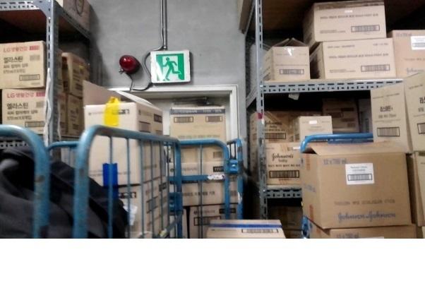 한 대형마트 창고에서 상품 박스들이 비상구를 막은 채 쌓여있다. 마트노동조합준비위원회 제공