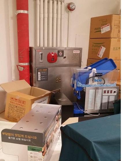 한 대형마트 창고에서 각종 물품이 소화전을 가로막고 있다. 마트노동조합준비위원회 제공