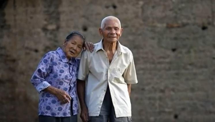 백년해로를 하고 있는 중국인 부부. 남편은 102살, 아내는 103살이다. 유튜브 갈무리