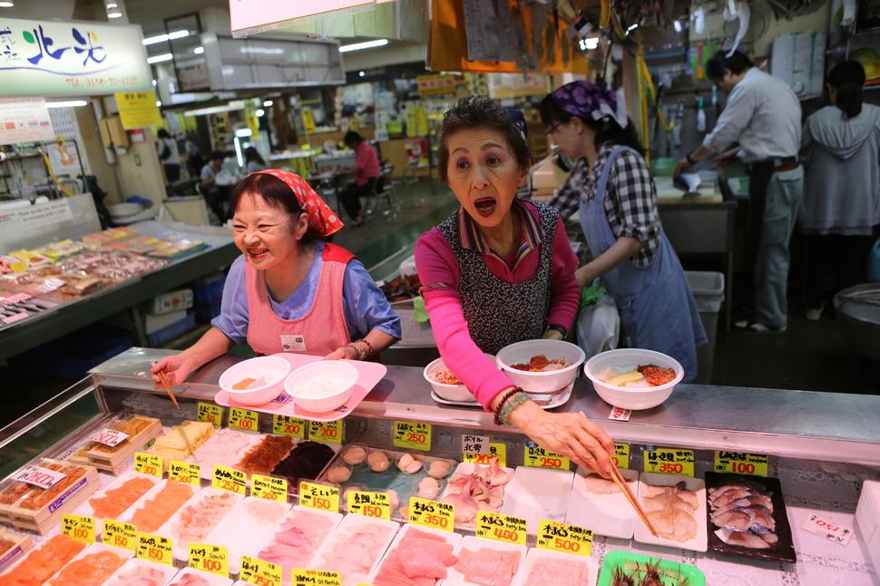 구시로 시장의 해산물센터 회덮밥 매장.