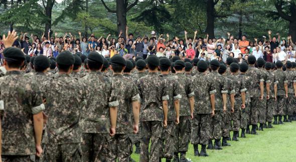 충남 논산시 연무읍 육군훈련소 연병장. 퇴소식에서 장병들을 향해 손을 흔들고 있는 가족들.   <한겨레> 자료사진