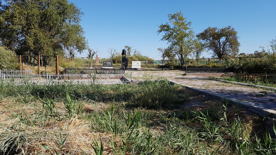 카자흐스탄의 옛 수도 크질오르다에 있는 홍범도 장군 묘소. 보도블록 틈 사이로 잡초가 무성하다. 사진제공 김상욱