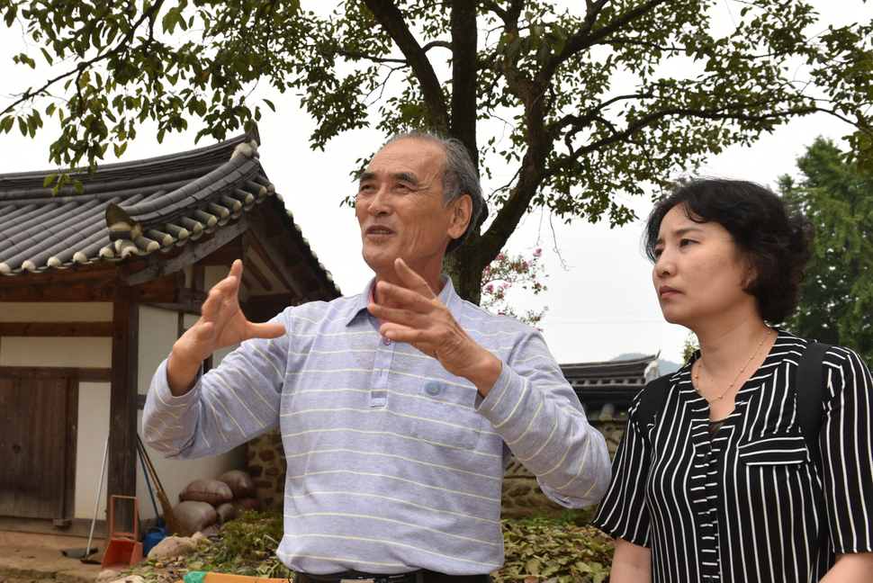 정길상 선생(왼쪽)이 이진순씨와 인터뷰를 하고 있다. 강재훈 선임기자