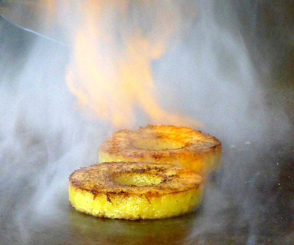 '데판'의 파인애플 디저트. 흑후추를 뿌린 후 철판에서 굽는다.
