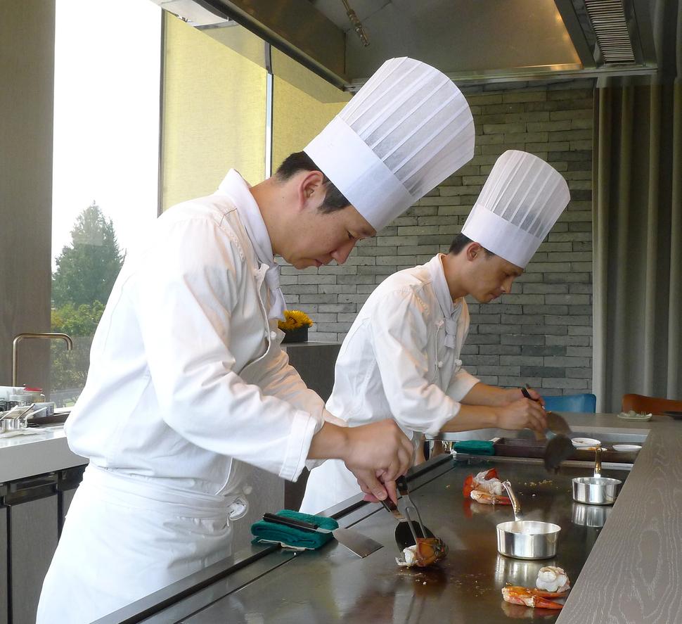 '그랜드 하얏트 서울'의 레스토랑 '데판'. 이희준 요리사가 철판에서 조리를 하고 있다.