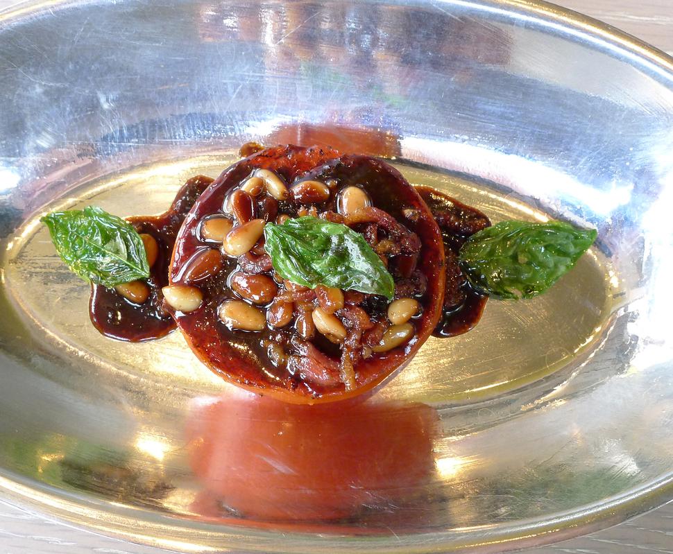 '데판'의 토마토, 잣 등의 구이.