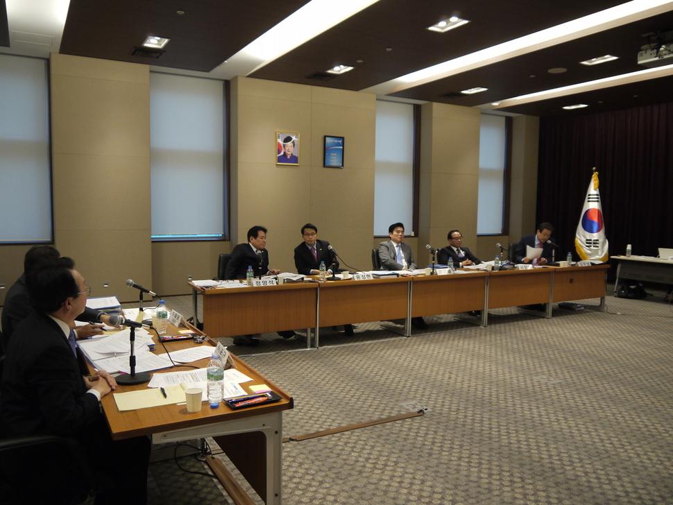 5일 도쿄 미나토구 주일 한국대사관에서 열린 국정감사에서 김무성(맨 오른쪽) 새누리당 의원이 이준규(맨 왼쪽) 주일대사에게 질문하고 있다.