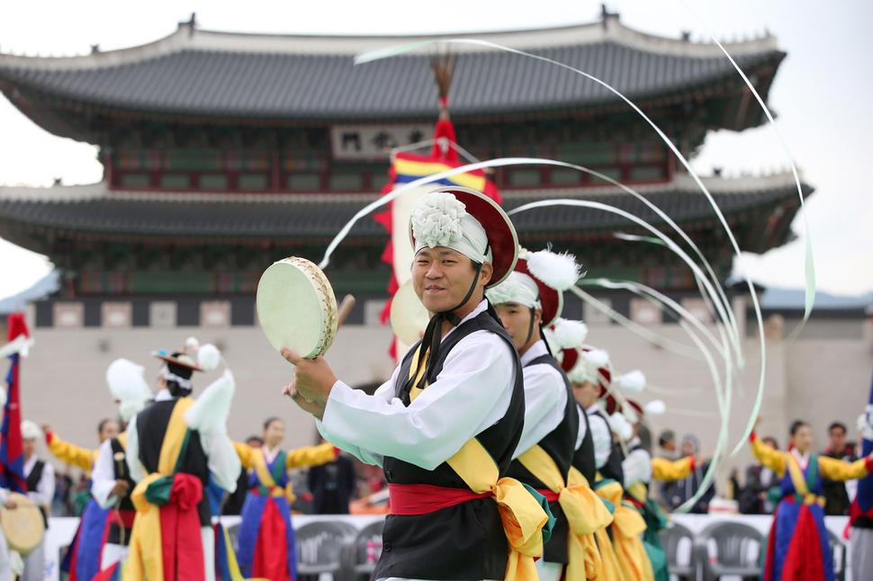 16일 서울 세종대로 네거리 일대에서 열리는 '2016서울아리랑페스티벌'에서 2000명이 줄다리기를 벌인다. 사진은 지난해 축제 모습. 사진 서울아리랑페스티벌 제공