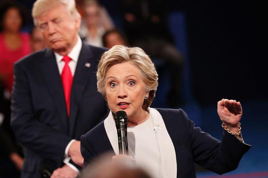 2차 후보 토론에서 힐러리 클린턴이 답변을 하고 있는 도중 뒤쪽에서 트럼프가 고개를 갸웃하며 쳐다보고 있다.