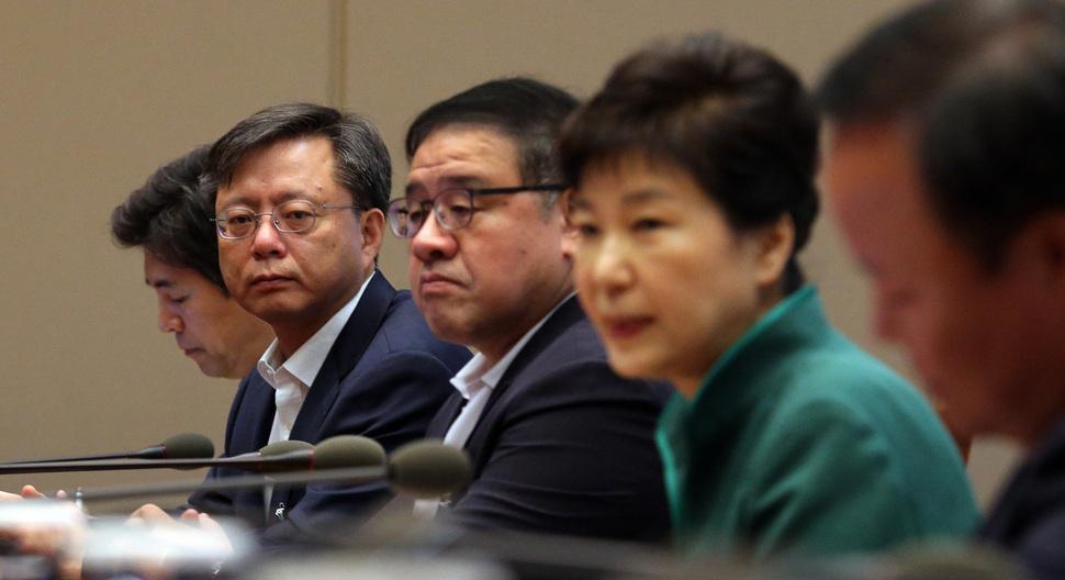 박근혜 대통령은 나라를 들썩이고 있는 '측근 실세' 최순실씨 비리가 구체적으로 제기되고 있는데도 '근거 없는 정치 공세'라며 딴청을 부리고 있다.