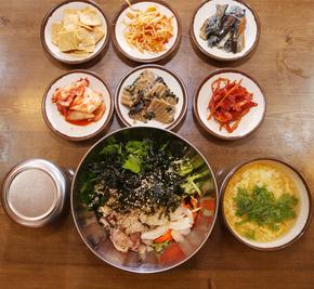 영천시장의 '독립문맛집'의 회덮밥.