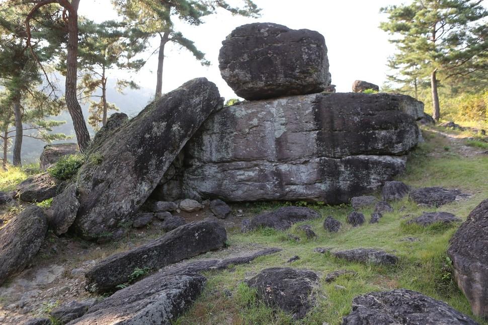 화순 고인돌 채석 흔적을 볼 수 있는 감태바위 채석장.