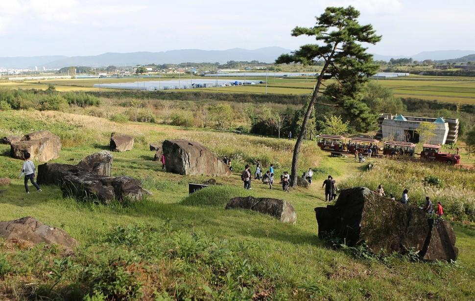 고창 고인돌 유적은 탐방열차를 타고 둘러볼 수 있다.