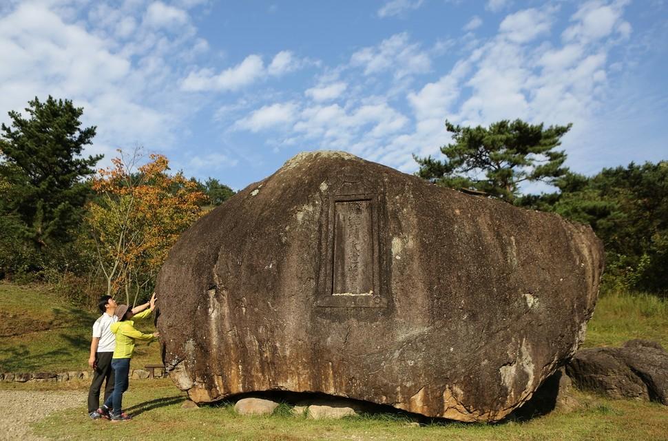 전남 화순의 핑매바위. 덮개식(개석식) 고인돌이다. 덮개돌 무게가 200t에 이른다.