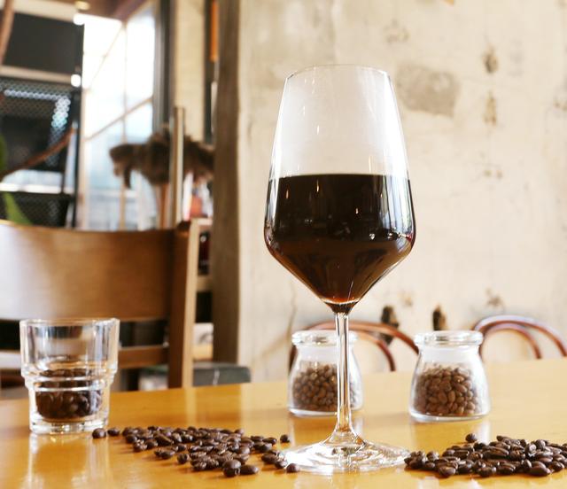 도형수 바리스타가 만든 '시그니처브루잉'. 독특하게 와인 잔에 커피를 담는다.