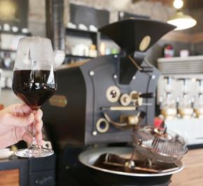 서교동에 위치한 '5브루잉'. 와인 잔에 나오는, 향미 강하면서도 구수한 커피 '시그니처브루잉'.