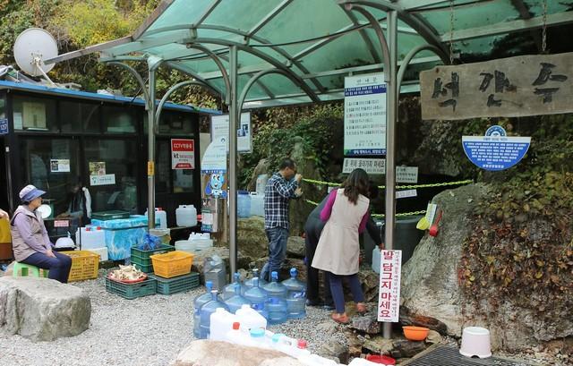 소리산 등산로 들머리 도로변의 '석간수'. 바위틈에서 흘러나오는 깨끗한 샘이다.