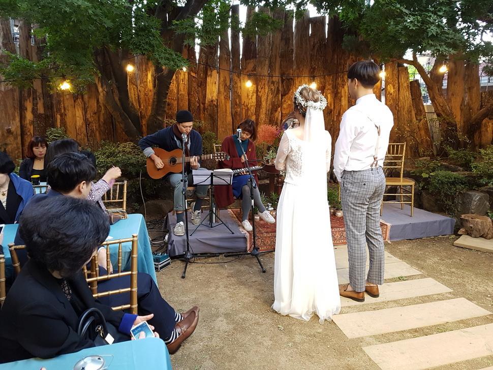 지난 9일 서울 성북동 주택가에서 친환경 결혼식을 올린 성지훈·신희정씨 부부. 환경친화적인 결혼식을 위해 신랑은 턱시도를 벗었고, 신부는 친환경 웨딩드레스를 입었다. 결혼예물도 체리나무 반지로 맞췄다. 김미영 기자.