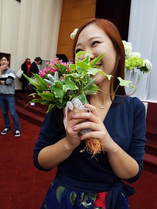 뿌리가 살아 있는 부케를 받고 기뻐하는 신부의 지인. 뿌리가 있는 부케는 예식 이후에 화분에 옮겨 심을 수 있다. 김미영 기자.