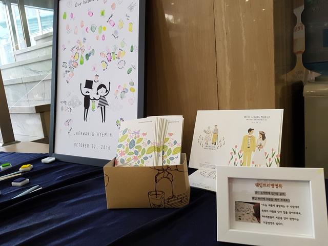 종이 방명록 대신 '손도장 액자'로 만든 방명록(왼쪽)과 재생용지에 콩기름 잉크로 인쇄한 친환경 청첩장(오른쪽). 김미영 기자
