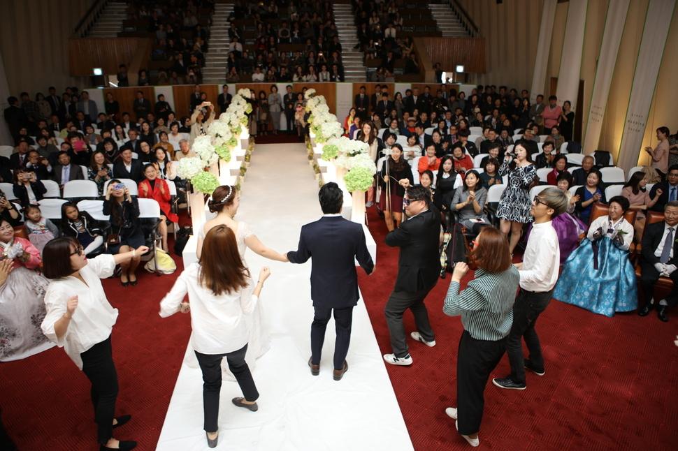재즈를 사랑하는 심재관-임혜민씨 부부는 결혼식을 작은 음악회처럼 연출했다. 지인들과 함께 어울리는 모습이 흥겨워 보인다. 임혜민씨 제공.